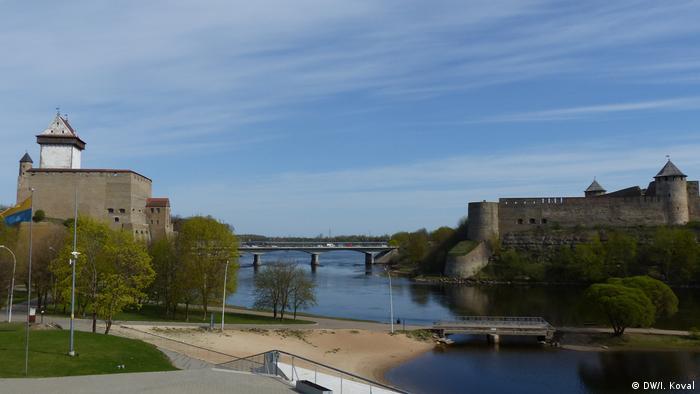 Нарвский замок или замок Герман (слева) и Ивангородская крепость