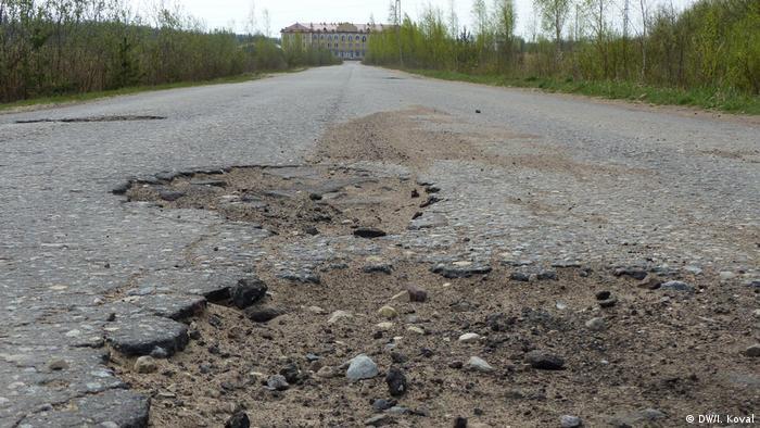разбитая асфальтированная дорога
