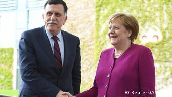 Η Μέρκελ θέλει να δεσμεύσει τις εμπλεκόμενες πλευρές να σεβαστούν το εμπάργκο όπλων