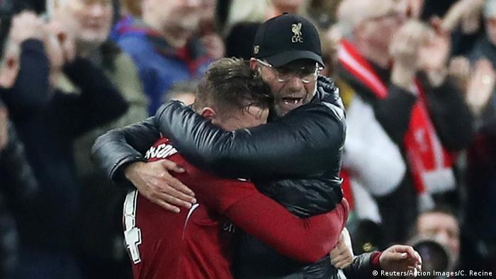 هندرسون في عناق مع ليفربول بعد مباراة نصف نهائي دوري الأبطال لموسم 2018/2019 بعد تجاوزه لفريق برشلونة