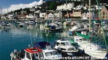 Segelboote stehen im Hafen von St. Aubin im Südwesten der Insel Jersey zum Verkauf. St. Aubin ist ein beliebter Treffpunkt der High Society. Jersey ist die größte der fünf Kanalinseln, die zwischen England und Frankreich im Ärmelkanal liegen und zu Großbritannien gehören.(Undatierte Aufnahme) | Verwendung weltweit