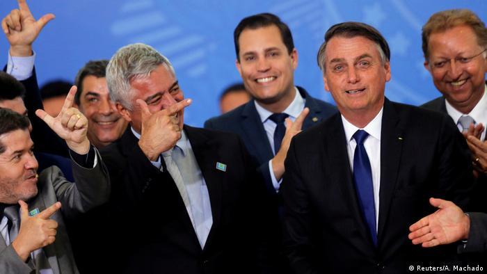 Bolsonaro sanciona lei que amplia posse de arma no campo