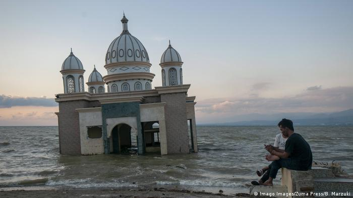BdTD Indonesien | Versunkene Moschee in Palu (Imago Images/Zuma Press/B. Marzuki)