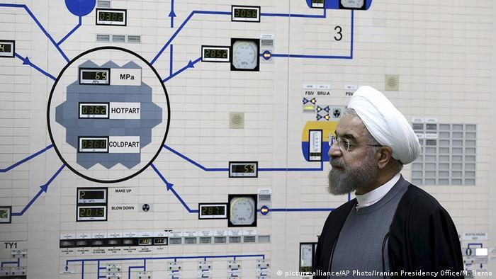 USA Iran Spannungen Symbolbild Rohani im Atomkraftwerk in Bushehr (picture-alliance/AP Photo/Iranian Presidency Office/M. Berno)