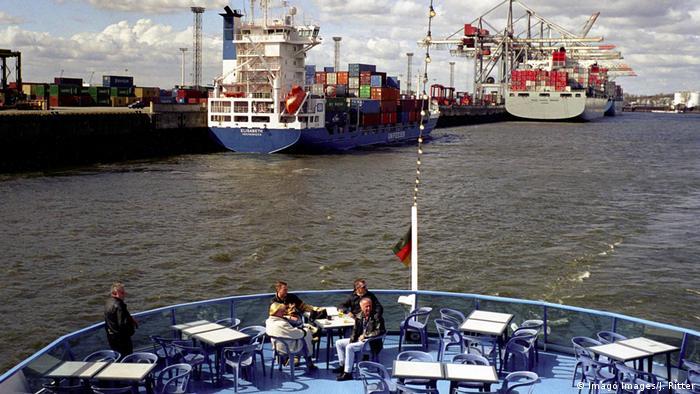 Deutschland Hafenrundfahrt durch den Hamburger Hafen (Imago Images/J. Ritter)