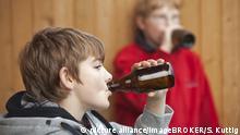Deutschland Alkohol l Minderjährige Jungen trinken Bier l Illustration