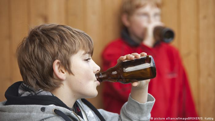 Kids drinking beer (picture alliance/ImageBROKER/S. Kuttig)