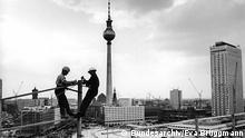 Deutschland Ausstellung l OST-BERLIN Die halbe Hauptstadt - Bauarbeiter bei Montagearbeiten