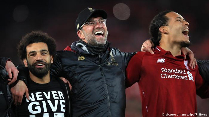 Fussball Champions League l FC Liverpool - FC Barcelona l Jubel bei Trainer Jürgen Klopp, Mohamed Salah und Virgil van Dijk (picture alliance/dpa/P. Byrne)