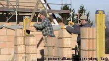 Строители-каменщики на одной из строек в немецком Эссене