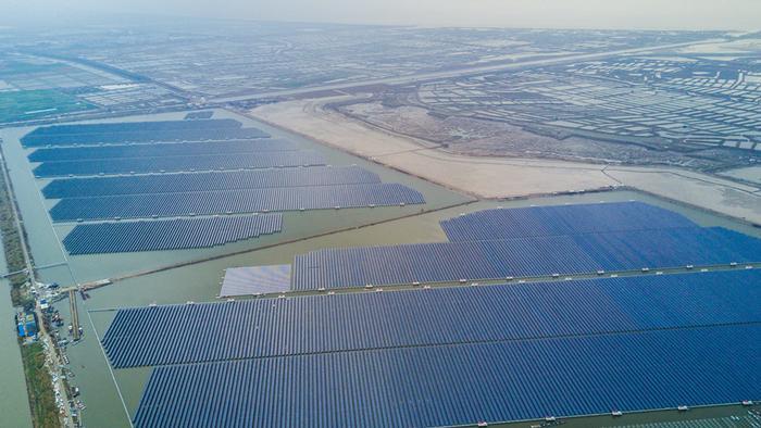 Luftaufnahme Solarkraft-Anlagen in Cixi in China auf einem großen See.