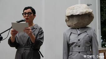 Die Künstlerin Natascha Süder-Happelmann (rechts) und ihre Sprecherin Helene Duldung in Venedig.