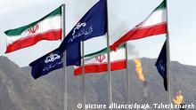 ARCHIV- Die Flaggen des Iran und der nationalen iranischen Ölgesellschaft (NIOC) wehen auf einem Gasfeld in Assalouyeh (Archivfoto vom 16.04.2005). US-Präsident Barack Obama hat die bislang schärfsten Sanktionen gegen den Iran gebilligt und damit den Druck auf die Führung in Teheran weiter erhöht. EPA/ABEDIN TAHERKENAREH  