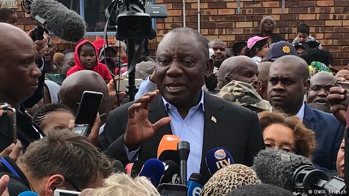 Presidente da África do Sul, Cyrill Ramaphosa, no meio de uma multidão, fala com jornalistas