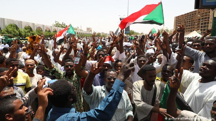 Manifestantes protestam desde o final de 2018 no Sudão