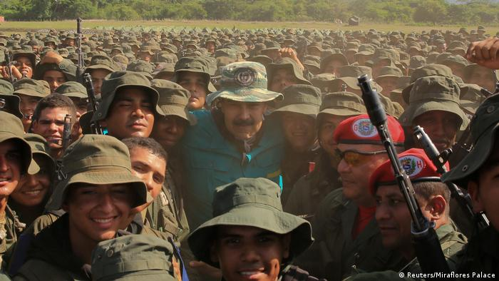Maduro com soldados venezuelanos: Exército virou fiador do presidente no poder