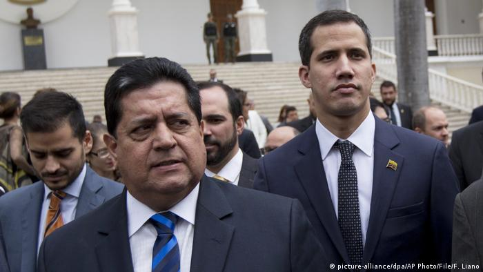 Edgar Zambrano, the vice president of Venezuela's National Assembly, with self-declared President Juan Guiado (picture-alliance/dpa/AP Photo/File/F. Liano)
