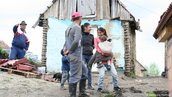 Cosmin Prikop and his family building a house at a Roma settlement in Altana, Romania. Photo taken 08.05.2019. (DW/Georg Matthes)