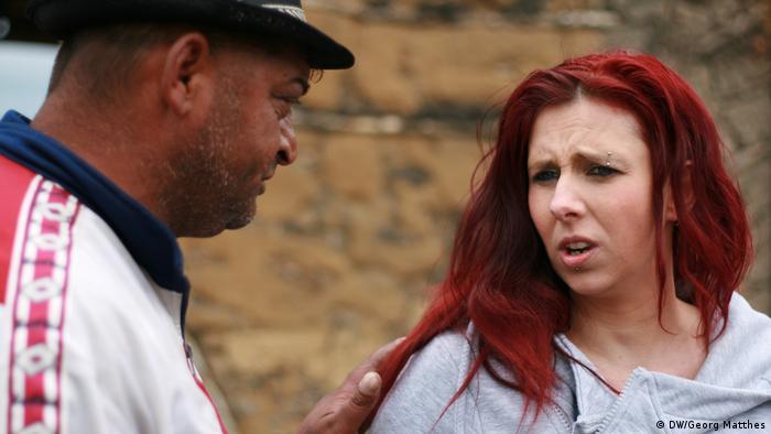 Jenny Rasche alături de unul dintre oamenii pe care îi ajută