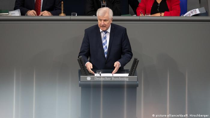 Horst Seehofer speaks in the Bundestag (picture-alliance/dpa/R. Hirschberger)