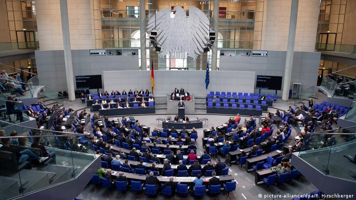 Ряди у Бундестазі значно порідшають, щоб забезпечити необхідну відстань між депутатами