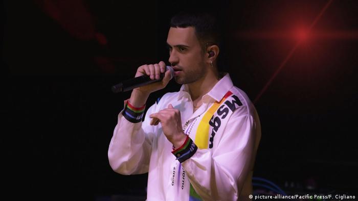 Singer on a darkened stage (picture-alliance/Pacific Press/F. Cigliano)