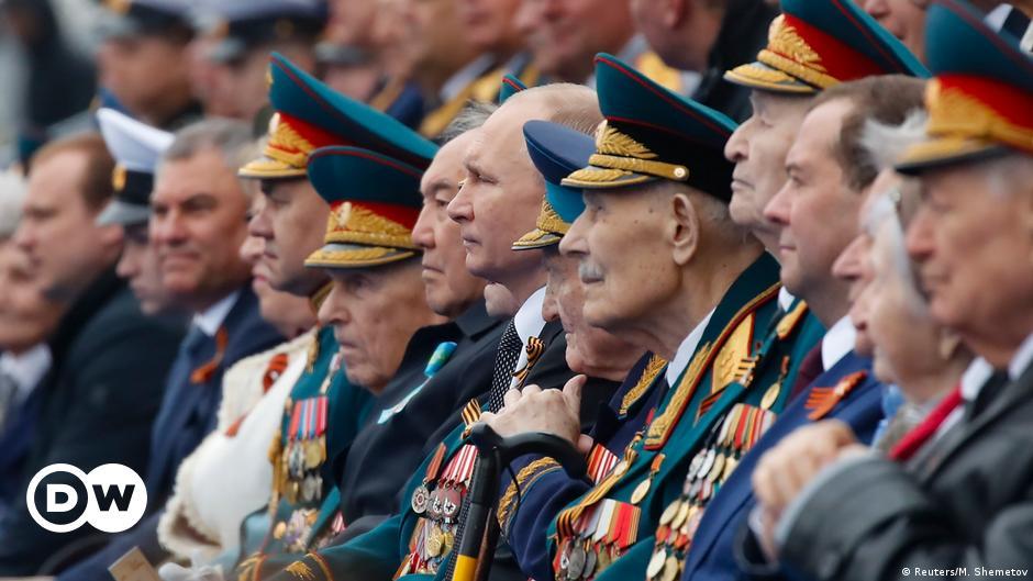 Bloomberg сообщил об отправке ветеранов на карантин для защиты Путина от  COVID-19   Новости из Германии о России   DW   17.06.2020