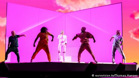 Rehearsals at the ESC 2019: Michela sings in front of a pink wall surrounded by dancers (eurovision.tv/Thomas Hanses)
