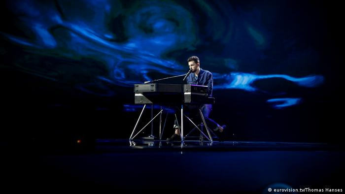 ESC 2019 rehearsals: Duncan Laurence sits alone at the piano on an empty, dark-blue illuminated stage (eurovision.tv/Thomas Hanses)