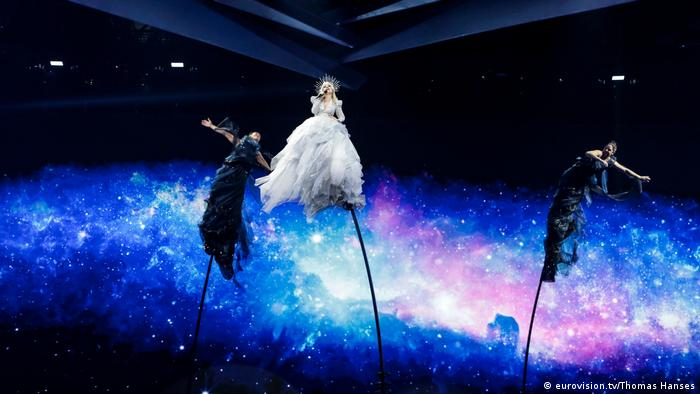 Rehearsals ESC 2019: Three women in long dresses wave back and forth as the long poles they are affixed to bend (eurovision.tv/Thomas Hanses)