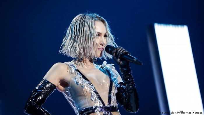 Rehearsals ESC 2019: Tamta sings into a microphone (eurovision.tv/Thomas Hanses)