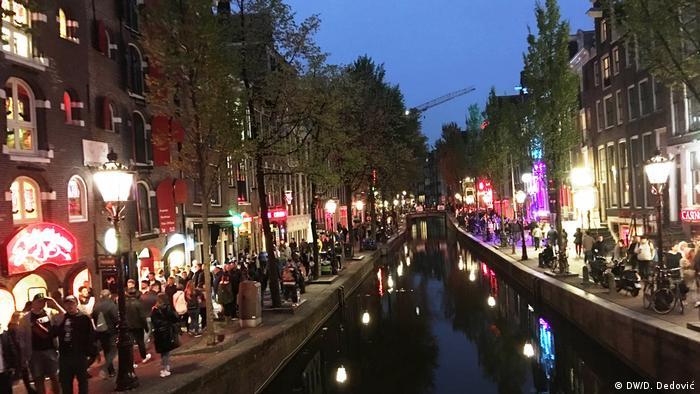 Besuchermassen schieben sich durch die Straßen, Rotlichtviertel Amsterdam