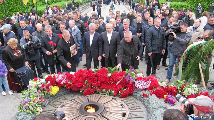 Представители Оппозиционного блока возлагают цветы к мемориалу Неизвестному солдату