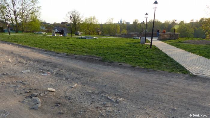 Грунтовая и мощенная дороги в Ивангороде