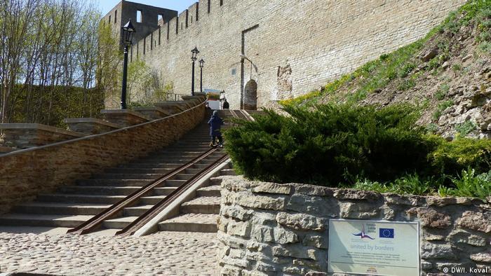 Ивангородская крепость и табличка с европейским флагом на входе