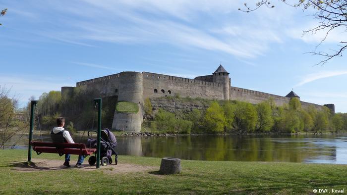 Вид на Ивангородскую крепость с эстонского берега