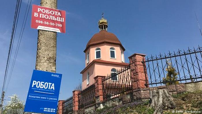 Объявления на столбах в приграничном украинском селе