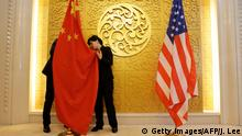 China Peking Fahnen China und USA (Getty Images/AFP/J. Lee)