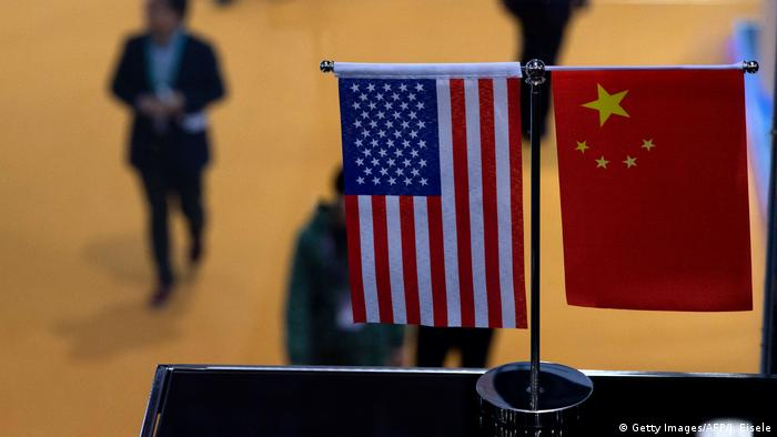 China Schanghai Fahnen USA und China