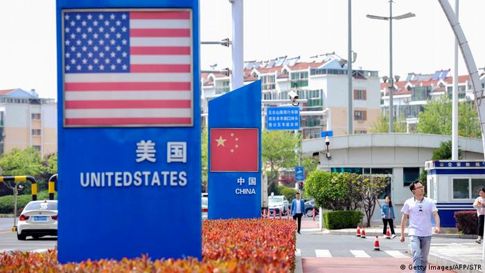 Signs with the US flag and Chinese flag