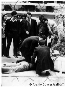 Η σύλληψη του Γκ. Βάλραφ κατά τη διάρκεια της διαμαρτυρίας του στην πλ. Συντάγματος.