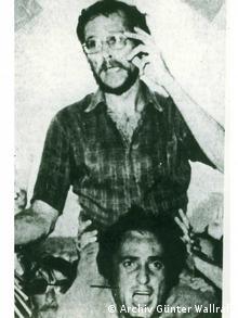 Πλήθος Ελλήνων υποδέχεται τον Βάλραφ μετά την απελευθέρωσή του μόλις έπεσε η χούντα.