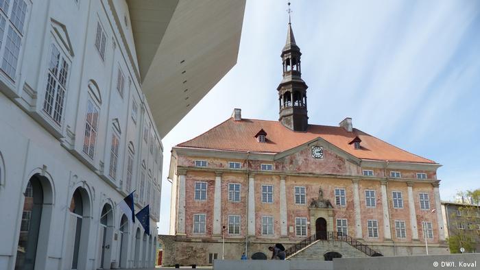 Городская ратуша и здание Нарвского колледжа Тартуского университета