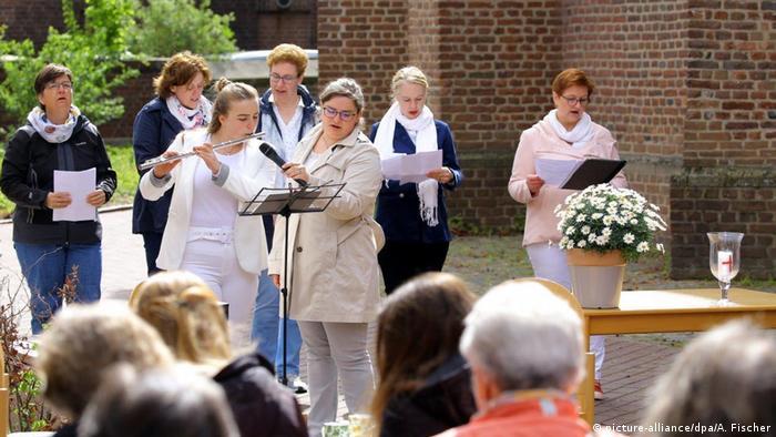 Concierto y servicio religioso ofrecidos por mujeres.