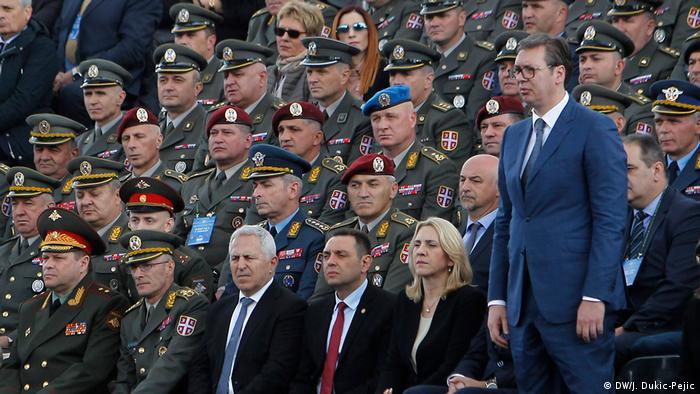 Vojni zvaničnici i Aleksandar Vučić prate paradu na Dan Pobjede, Niš, 2019.