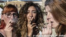 20.04.2019, Berlin: Franka (l-r), Sandra und Daniela rauchen bei einer Protestaktion für legalen Cannabis-Konsum im Görlitzer Park einen Joint. Foto: Paul Zinken/dpa | Verwendung weltweit