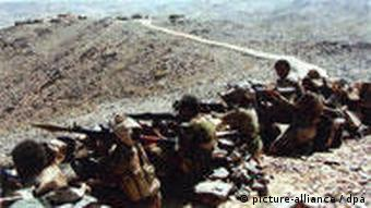 Yemeni soldiers taking position