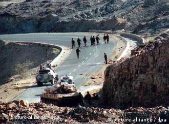 جادهای در نزدیکی مرز عربستان و یمن. در عکس، سربازان یمنی دیده میشوند