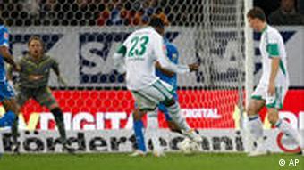 Grafite (m.) macht den Siegtreffer für Wolfsburg. (Foto: AP)