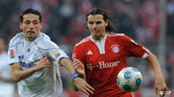 Schalkes Kuranyi (l.) und Bayerns van Buyten im Laufduell. (Foto: AP)